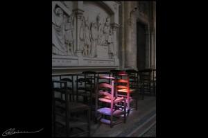 Le soleil, par un vitrail, sur une chaise. Lumière divine ? (Eglise dont j'ai oublié le nom, Orléans, mai 2003.)
